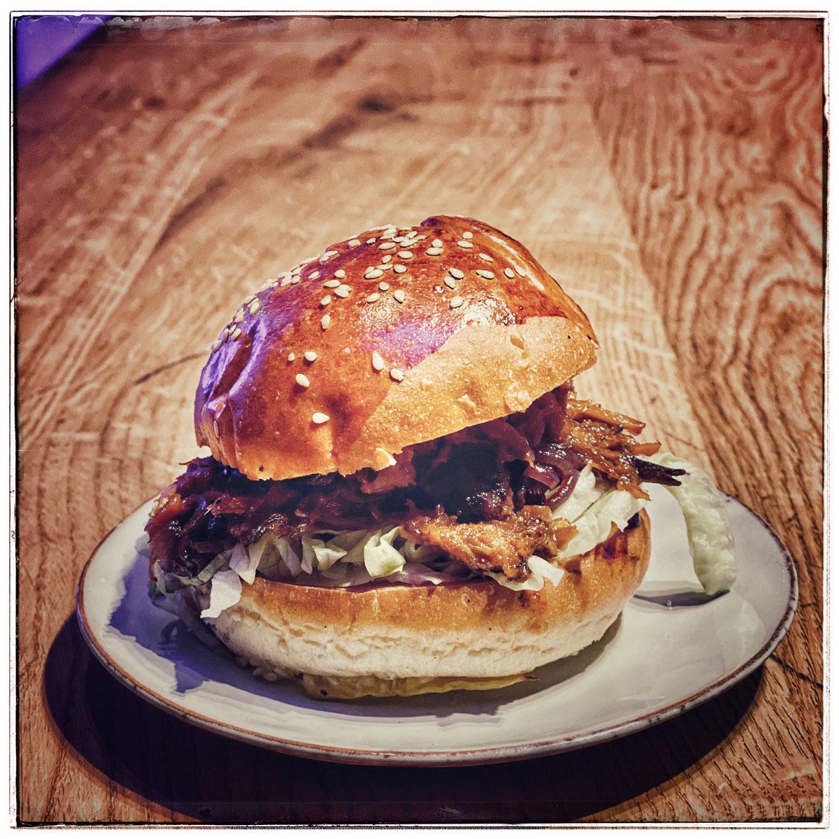 Pulled-Turkey Burger mit Spitzkohl und Brioche Bun
